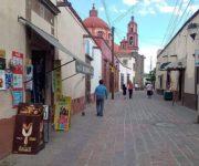 Roban a mano armada a mujer transeúnte fuerte suma en centro de San Juan del Río y la lesionan