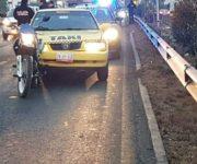Taxista atropella a motociclista en Querétaro, quedó muerto bajo su unidad