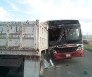 Se impacta camión de volteo contra camión de Cuadrilla de Enmedio, hay lesionados