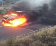 -VIDEO- Se calcina camioneta por impacto, varios lesionados