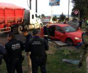 VIDEO: Arrolla tren a automóvil en San Juan del Río, conductor vive de milagro