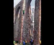 """-Video- Irresponsabilidad de PC Querétaro por omisión de auxilio de hombre que se lanzó de """"Los Arcos"""""""