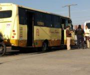 Conductor de FTEQ pone en riesgo a pasajeros al ganarle paso al tren, en San Juan del Río