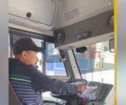 -Video- Conductores de QroBús siguen manejando con celular en mano, en riesgo usuarios