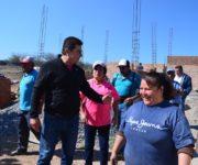 Toño Mejía entrega material para construcción en San Nicolás, Tequisquiapan