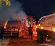 -VIDEOS- Se incendia bodega de la Ganadera en Jalpan, pudo haber sido provocado