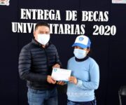 Entrega alcalde Juan Carlos Linares Becas Universitarias 2020 a jóvenes peñamillerenses